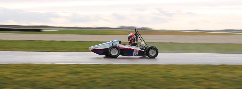 Image des roulages d'EC-01 sur piste, première voiture de l'ESTACA Formula Team