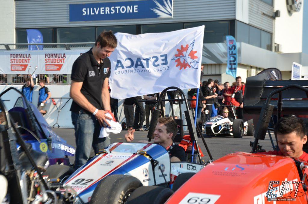 Image de 2 membres et EC-01 lors du Silverstone Formula Student 2013
